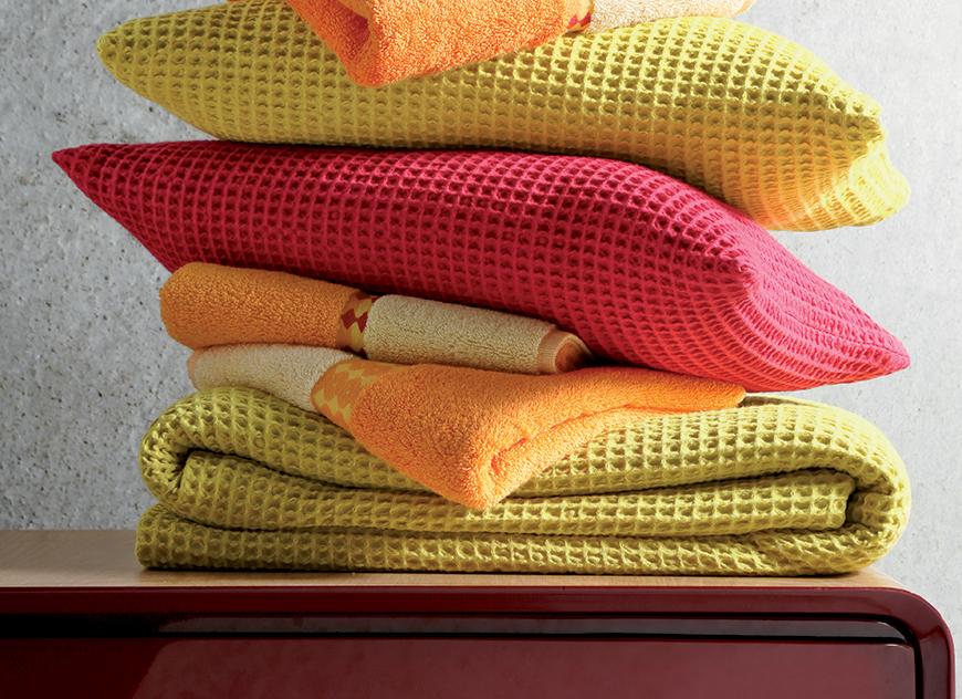 Jet de lit gris elegant housse de coussin graphique triangles et losanges blancs jaune gris et - Jete de lit maison du monde ...
